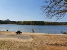 Milčanský rybník a vrch Ronov v pozadí