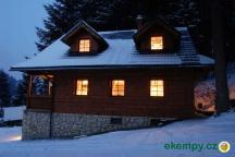 Chata Pod Loučkou  - boční pohled v noci