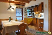Chata Pod Loučkou - kuchyňka a jídelní stůl