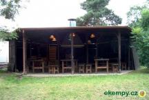Krytý altán s ohništěm, stoly, posezením až pro 50 osob