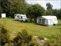 velmi prostorná a rovná campingová místa