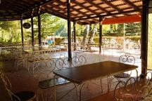 Kiosek je zastřešen, v letních měsících tak návštěvníkům poskytuje příjemný chládek.