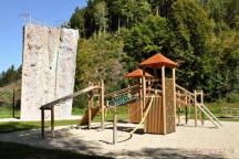 Dětské hřiště a lezeckou věž naleznete vedle restaurace Bozeňov.