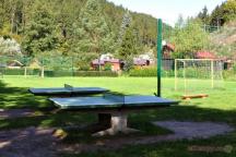 Na stejném místě najdete i další stoly na stolní tenis a fotbalové hřiště.