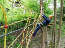 Lanové centrum s 12-ti překážkami 12 metrů nad zemí je vhodné pro děti od 12-ti let.