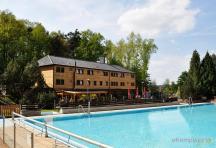 Hotel - pohled přes bazén