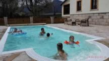 v kempu je bazén
