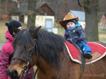 Na farmě nabízíme pro děti jízdu na koních. Součástí farmy je kontaktní ohrada s hospodářskými zvířaty.