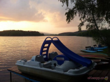 Šlapadla, loďky a pozdní večer nad kempem