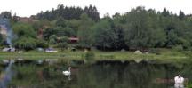 Pohled na kemp z protějšího břehu