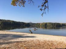 pohled na Milčanský rybník a vrch Ronov