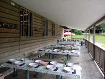 Příprava terasy hostince Na Slapnici na svatební hostinu