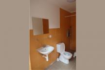 Koupelna v budově umývárek. Každá chata č. 2 až č. 7 má v umývárkách vlastní, oddělenou a zamykatelnou místnost s tímto identickým vybavením. Daná koupelna, je tedy jen obyvatel dané chaty.