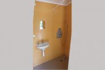 Společná kouplna pro hosty ve stanech, karavanech a chatu č.8. Společné koupelny jsou dvě - mužská a ženská. Stejně tak i wc.